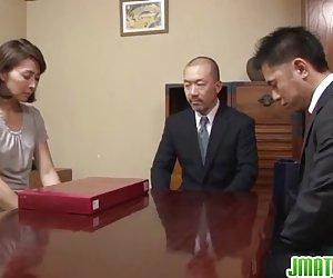 Hisae har två killar att suga och knulla