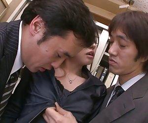 Två killar knulla och creampie aiko hirose på kontoret